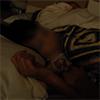 在父親睡覺的旁邊,兒子發情了母親,晚上爬行